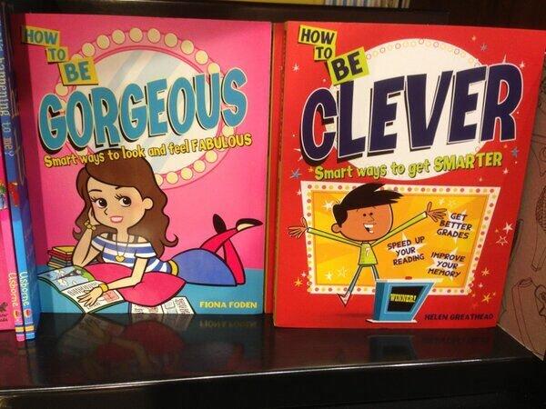 """Las niñas deben ser guapas y pasivas (título del libro de la izquierda: """"Cómo ser preciosa. Maneras ingeniosas de verse y sentirse fabulosa""""); los niños deben ser listos y activos (título del libro de la derecha: """"Cómo ser inteligente. Maneras ingeniosas de volverte más listo"""")."""
